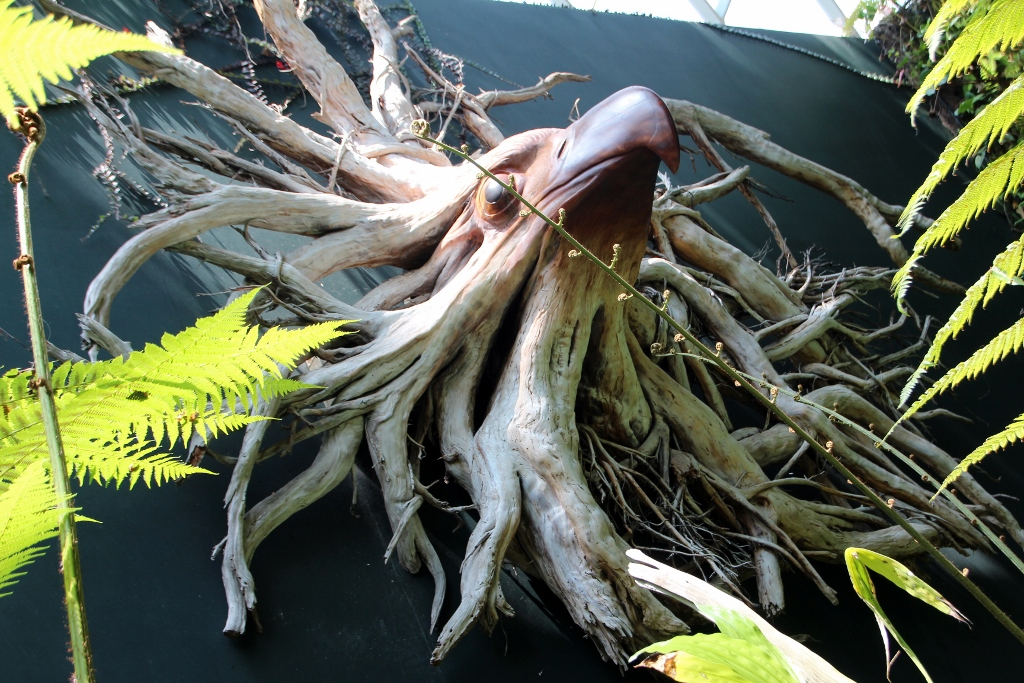 See the new life released by the sculpture from the old root.